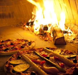 Pizza bakken in de houtkachel